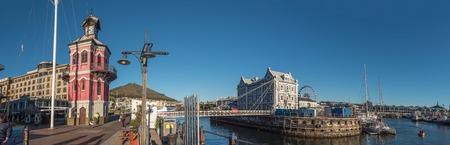 KAPSTADT, SÜDAFRIKA, 9. AUGUST 2018: Panoramablick auf den Uhrturm, die Drehbrücke und das historische Gebäude der Port Captains an der Victoria and Alfred Waterfront in Kapstadt in der Western Cape Province