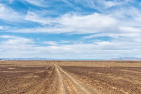 Eine Straße in einem von Dürre betroffenen Teil der Tankwa Karoo in der Provinz Northern Cape in Südafrika