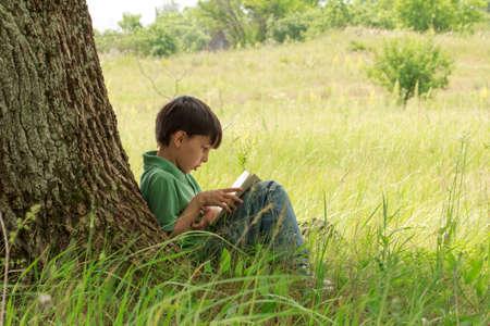 menino com um livro