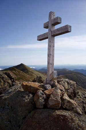 montanha cruz com montanhas bit no fundo