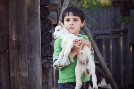 menino com cabra pequena