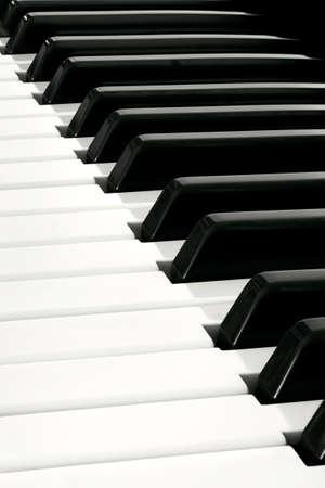 piano de cola: Diagonal cerca de la abundancia del teclado de piano de espacio en blanco y negro Foto de archivo