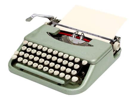 maquina de escribir: M�quina de escribir con una hoja de papel. Aislado sobre fondo blanco