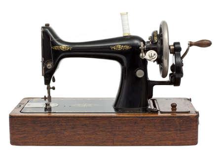 maquina de coser: Máquina de coser antigua aislado en blanco con trazado de recorte