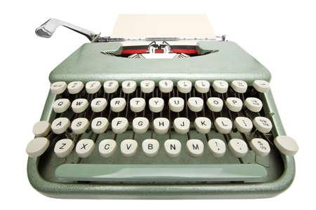 typewriter: Amplio �ngulo de tiro de la m�quina de escribir con una hoja de papel. Aislado sobre fondo blanco