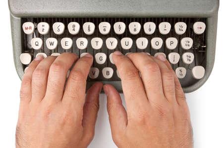 Mains sur un clavier de machine � �crire sur un fond blanc
