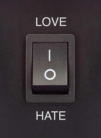Amour ou haine noire interrupteur � bascule sur la surface noire positif n�gatif Banque d'images