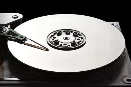 disco duro: Abrir la unidad de disco duro que muestra el brazo de lectura escritura y del plato