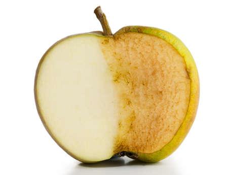 half and half: Manzana cortada por la mitad La mitad fresca y medio podrido en el fondo blanco Foto de archivo