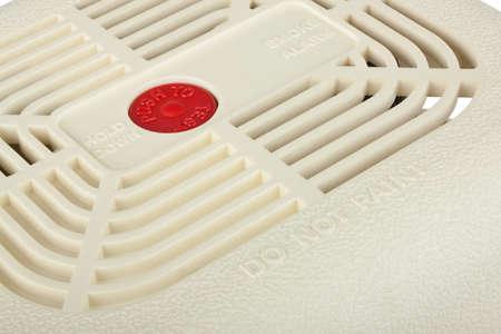 Gros plan d'alarme de fum�e isol� sur fond blanc avec chemin de d�tourage