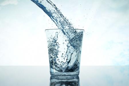 acqua vetro: un'acqua versa nel bicchiere