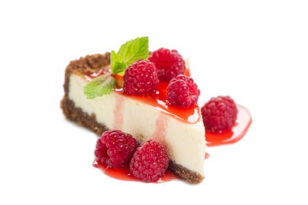白で隔離されるラズベリー チーズ ケーキ 写真素材
