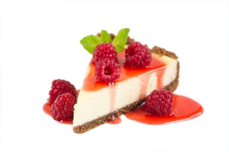 rebanada de pastel: Cheesecake de frambuesa aislado en blanco