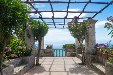 paisaje mediterraneo: Maravilloso panorama de Villa Rufolo. costa de Amalfi Ravello.