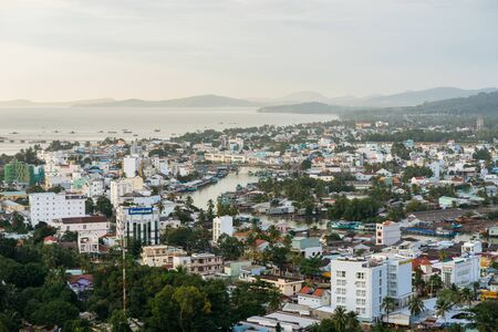 DUONG DONG, PHU QUOC, VIETNAM - NOVEMBER 14, 2017: View from the high on town, sea, bay and hills 新聞圖片