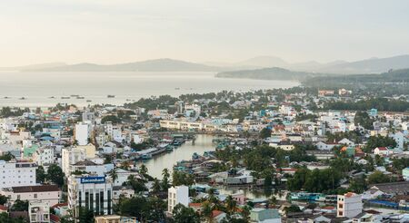 DUONG DONG, PHU QUOC, VIETNAM - NOVEMBER 14, 2017: Panoramic view from the high on town, sea, bay and hills 新聞圖片