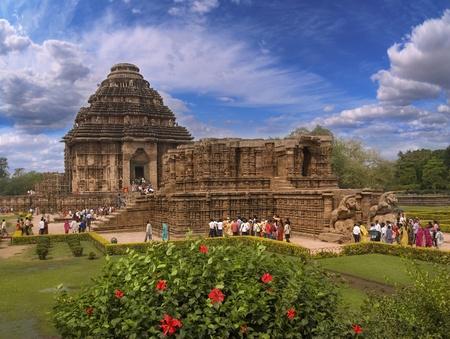 Konark, Orissa, Indien - 7 mar 2012 - den allmänna formen av det gamla templet i solen, människor ser på templet