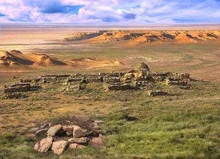 Landskap platå Ustyurt i Kazakstan. Med utsikt över ruinerna av den antika muslimska kyrkogården.