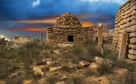 日没時の古代のイスラム教徒の墓地遺跡、夕日