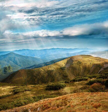 fördunklade himmel med solljuset trålen över intervallen i Karpaterna bergs