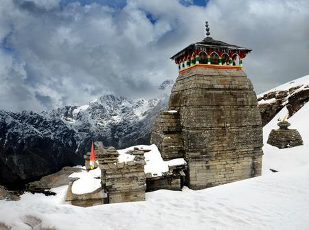 templo: Tungnath es el templo del Se�or Shiva, est� situado en una cresta de la monta�a Tungnath en el estado de Uttarakhand, India. La edad de este templo - 1000 a�os