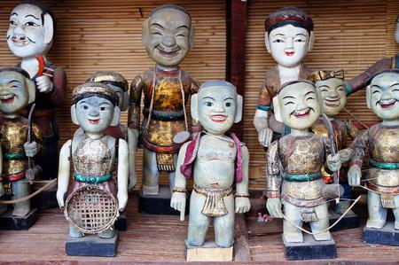 puppetry: Baile de t�teres de agua sobre el agua en las marionetas de Vietnam El agua es una tradici�n que se remonta hasta el siglo 11 cuando se origin� en los pueblos de la zona del delta del r�o Rojo en el norte de Vietnam