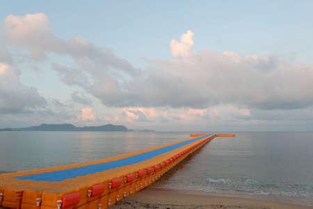 Buoys that protrude into the sea