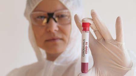 Nurse holding a blood test result for the new rapidly spreading Coronavirus Standard-Bild