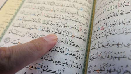 Arab Man Reading The Quran Standard-Bild
