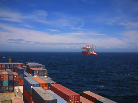 Container vessel and special crane transport vessel