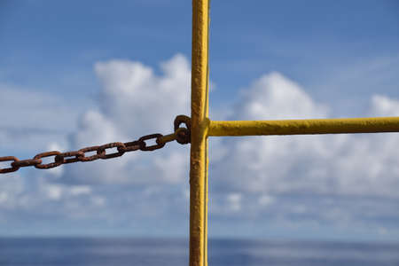 Beautiful blue sky seen through the railing and chain. Concept for freedom, aspiration. Banque d'images