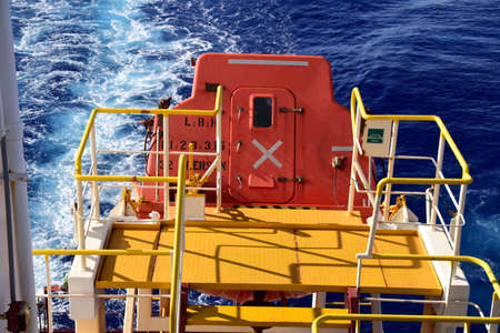 Free fall boat and embarkation platform on a cargo vessel. Banque d'images