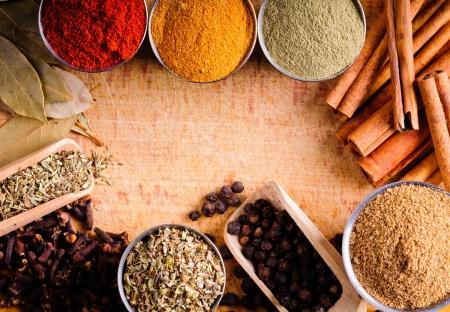 indian spices: Frame met verschillende kruiden op een houten plank
