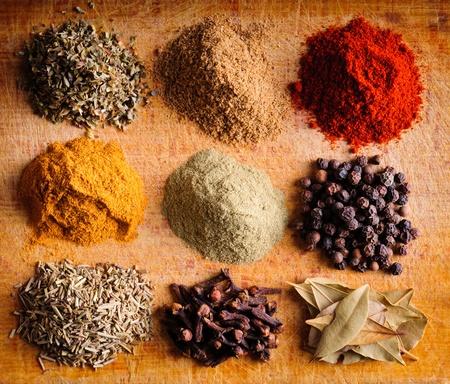 indian spices: Achtergrond met verschillende Indiase kruiden