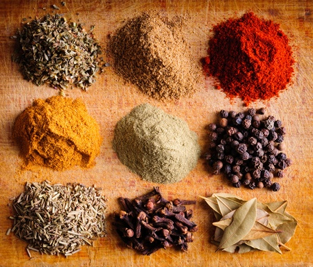 spezie: Sfondo con diverse spezie indiane