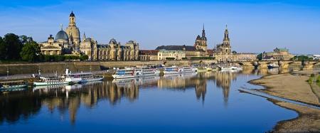Panorma mit historischen Stadtzentrum von Dresden und Elbe in Sachsen, Deutschland