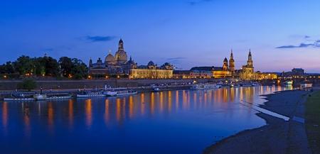 Panorama mit alten historischen Zentrum von Dresden und Elbe in der Dämmerung