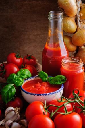 salsa de tomate: Naturaleza muerta con salsa de tomate casera y tradicional de los ingredientes