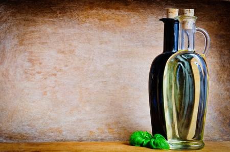 El aceite de oliva y vinagre balsámico con el espacio de texto de la copia de un fondo de madera