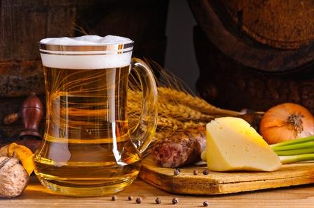 Stilleben mit Bierkrug und rustikales Abendessen