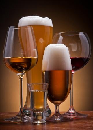 vasos de cerveza: todav�a la vida con diferentes bebidas alcoh�licas