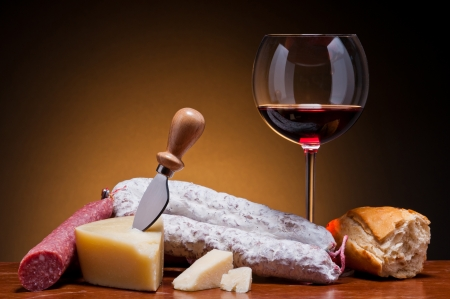 salame italiano, queso duro y el vino tinto photo