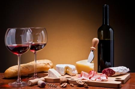 diner romantique: dîner romantique avec des saucisses de vin, de fromage et traditionnelle Banque d'images