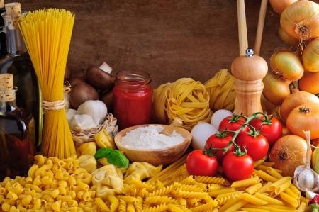 Stilleven met traditionele Italiaanse pasta en ingrediënten Stockfoto