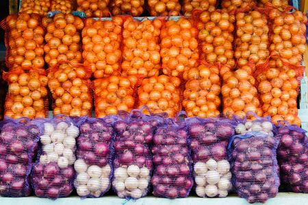 onions: Frescas las cebollas naturales en el stand de mercado