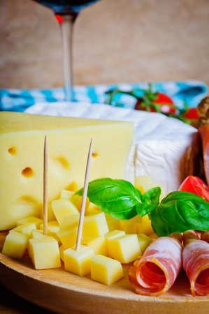 jamon y queso: Primer queso y jamón aperitivos Foto de archivo
