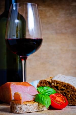 tapas espa�olas: Las tradicionales tapas espa�olas y vino tinto