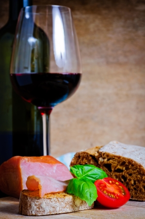tapas españolas: Las tradicionales tapas españolas y vino tinto