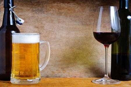 맥주와 나무 배경에 텍스트 복사 공간을 가진 와인