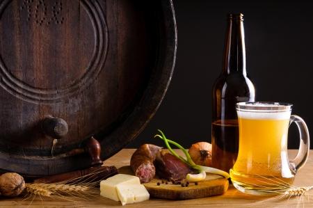 전통적인 소박한 저녁 식사를 냉각 판과 맥주와 함께 아직도 인생
